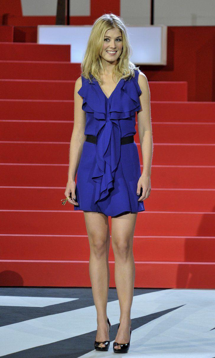 Pin for Later: Vom Bond Girl zum Gone Girl: Rosamund Pike's Verwandlung Rosamund Pike Das kobaltblaue Kleid passte perfekte zu Rosamund's blondem Haar. So erschien zu zum San Sebastian Filmfest in Spanien im September 2010.