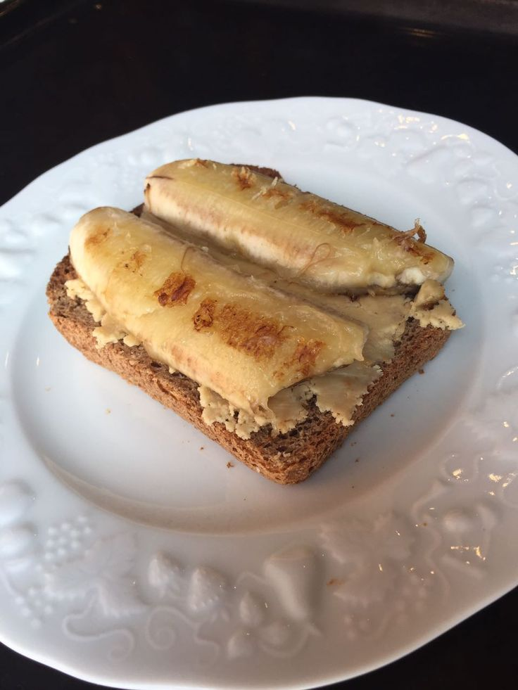 Тост с жареным бананом и арахисовой пастой
