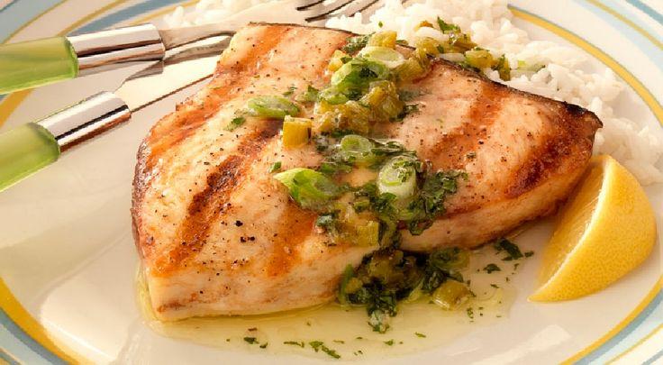 Filete de pez espada con salsa de mantequilla con jalapeño y menta.