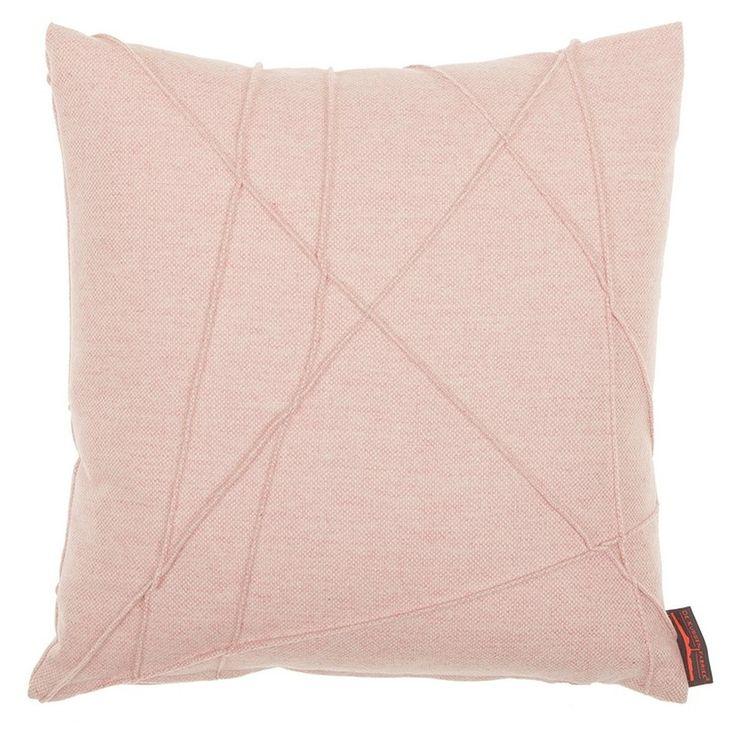 De Cacey kussens hebben dezelfde moderne patronen als de Gregor kussens, maar de stof ervan is stoerder.