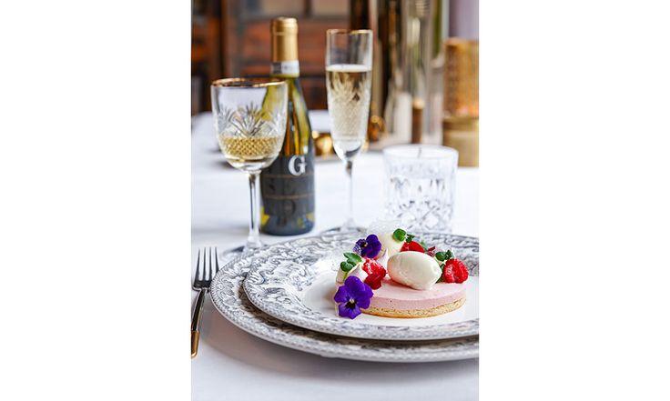 Till denna dessert har Villa Källhagens konditor Fredrik Johansson använt mig av smultron, vitchokladbavaroise och champagne vilket ger en härlig och lyxig känsla inför till exempel nyåret. Det går alldeles utmärkt att byta ut smultron mot tex hallon eller jordgubb.