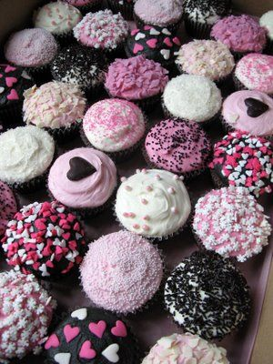 pink & black cupcakes, I think I'm going to do this for Valentine's Day for the classrooms. They are just too cute!