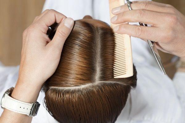 Nőknél a hajhullás körülbelül negyvenéves korban kezdődik és kezd drasztikussá válni. A haj először csak rendellenesen elkezd hullani, majd a haj