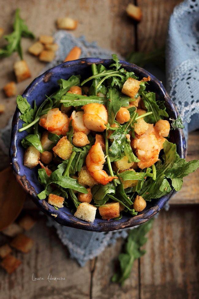 Salata cu naut si creveti este o reteta simpla si rapida, perfecta pentru cina sau pranz. Reteta salata cu naut Sun Food, rucola si creveti.