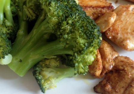 Kurczak z brokułami - brokuły gotowane na parze