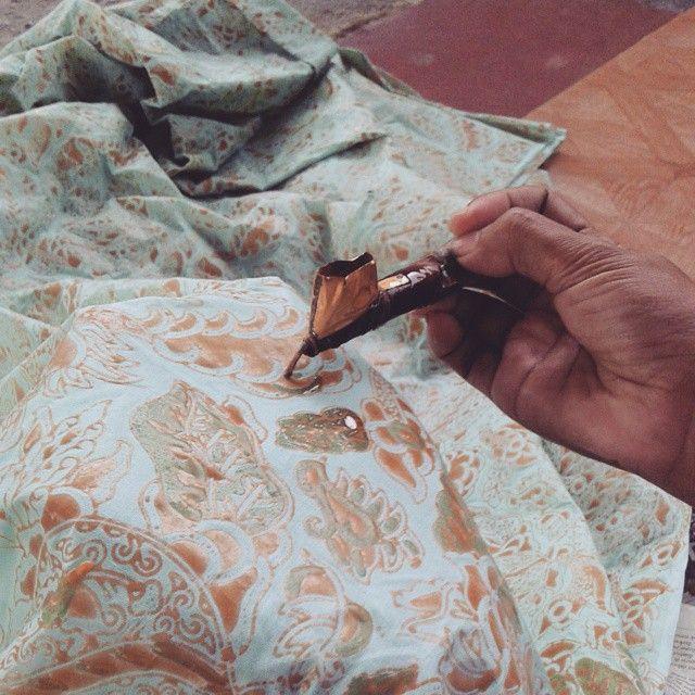 Instagram media by deatmobatik - This is how our batik made.. waxing prosess!.. #batik #wax #malam #hijab #photograph #photooftheday #fotografi #uploadkompakan #picoftheday #canting ##pattern #motif #batikindonesia #batikindonesia