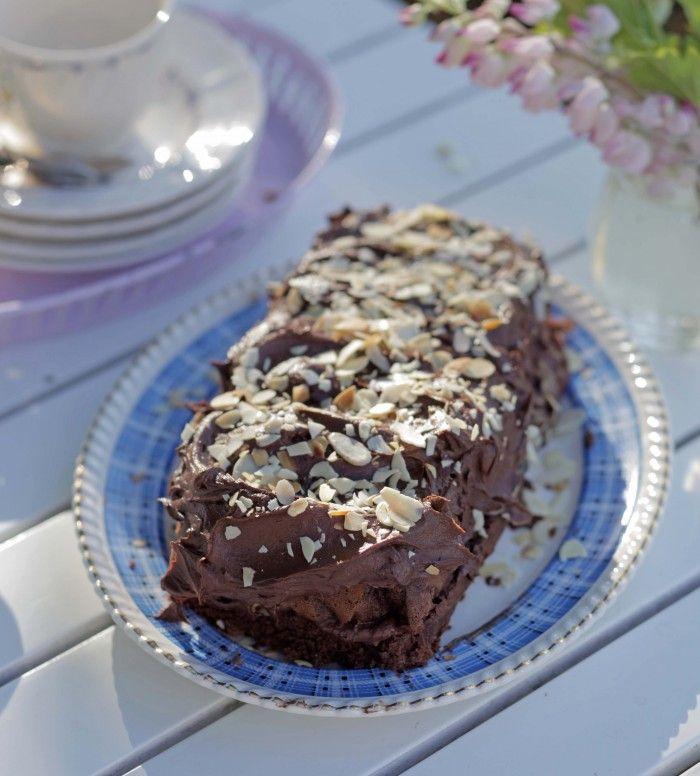 Chokladsockerkaka med kaffeglasyr och mandelspån | UnderbaraClara