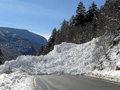 Cómo romper las barreras de aludes en el Pirineo. Las intensas precipitaciones de nieve que se han registrado en el Pirineo las pasadas semanas han motivado el cierre prolongado de diversas carreteras en la vertiente oscense por riesgo de aludes.