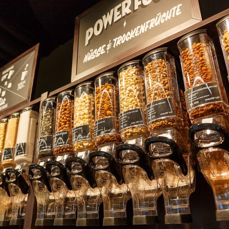 Genussvolles Einkaufen – Mehr als 100 lang haltbare Produkte wie Pasta, Müesli usw. können in der Abfüllerei nach eigenem Gusto und Verbrauch abgefüllt werden. Es können eigene Behälter mitgebracht oder vor Ort wiederverwendbare Säckchen gekauft werden. Die Produkte im «Quai4-Markt» sind grösstenteils in Bio-Qualität oder stammen aus lokalen Betrieben. Nicht nur Beilagen, sondern auch Früchte und Gemüse sowie Käse können verpackungsfrei eingekauft werden.