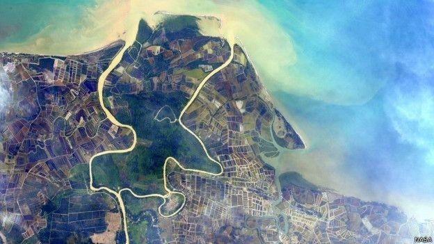 Astronauta americano Scott Kelly se propôs a encontrar 'lugar mais azul do planeta', mas não se limitou a essa cor. Ele compartilha frequentemente imagens com um verde intenso, como o dos campos do sudeste asiático, um tom que, segundo ele, aparece timidamente, mas cada vez com mais frequência nos desertos