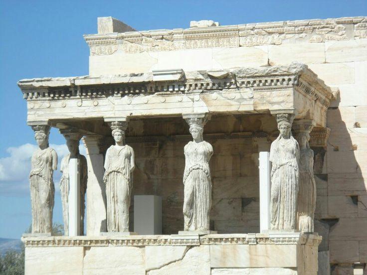 Ακρόπολη Αθηνών (Acropolis of Athens) en Αθήνα, Αττική. Las cariatides o columnas en forma femenina originales estan en el museo de acropolis