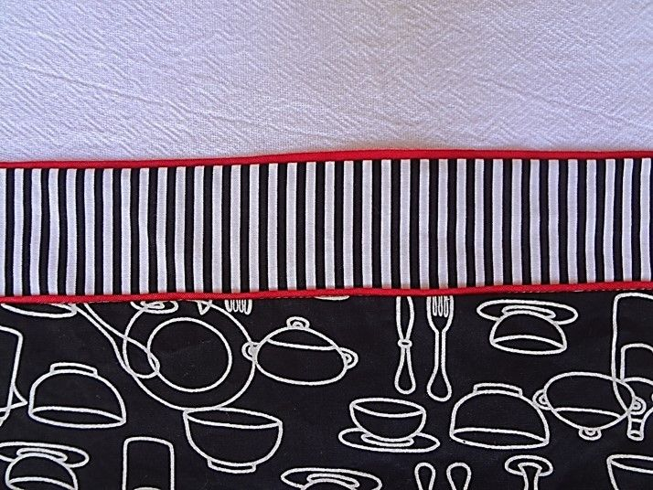 Pano de prato jogo de cozinha preto, branco com detalhes vermelhos de cassa e popeline. - OBSERVAÇÃO - Orçamento para demais itens nesta estampa: Pano para microondas: R$ 30,00 Capa para sanduicheira: R$ 35,00 Capa para espremedor de frutas: R$ 45,00 Capa para batedeira: R$ 45,00 Capa pa...