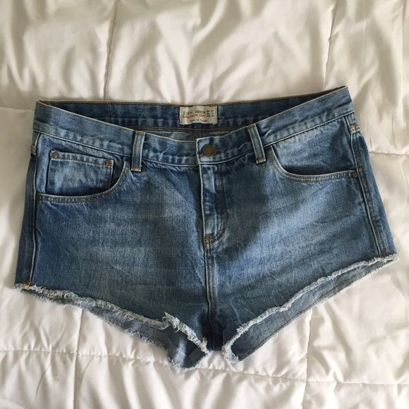 Zara Shorts Zara shorts in great condition! Worn once but they are too big on me. Feel free to submit an offer! Zara Shorts Jean Shorts