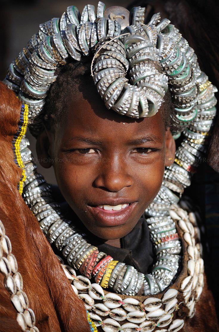 Bijoux merveilleux, fait de nos résidus occidentaux, quel style, quelle belle manière de magnifier les choses les plus triviales  Africa | Omo Valley. Weyt'o , southern Ethiopia | ©RoQui 2010 OFF, via flickr
