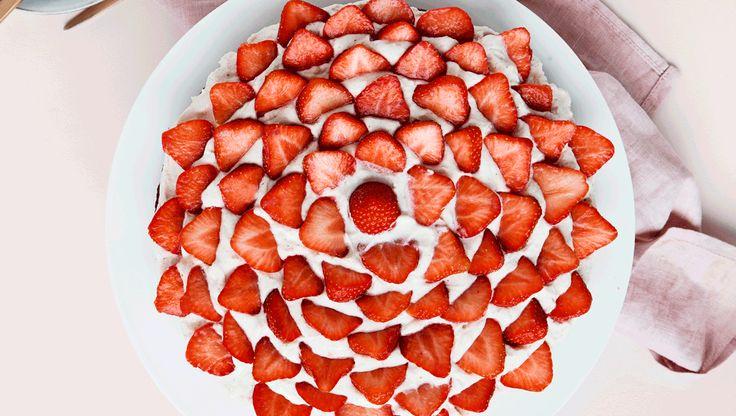 Hvis du mod forventning skulle gå hen og blive træt af den klassiske jordbærkage, eller du bare vil prøve noget nyt, er denne jordbærkage et rigtig godt alternativ. Det overordnede koncept er det samme:en bund med marcipanfornemmelser, en art flødecreme og naturligvis jordbær på toppen, men kagen er herudover tilsat yderligere sommer med hyldeblomst i cremen, som giver en diskret undertone af ekstra solskin.Og så er den helt uden sukker og mel - ren win-win