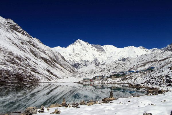 氷河湖の湖畔に佇むゴーキョという集落。ヒマラヤは神々しさを感じる。ヒマラヤ山脈の見所!