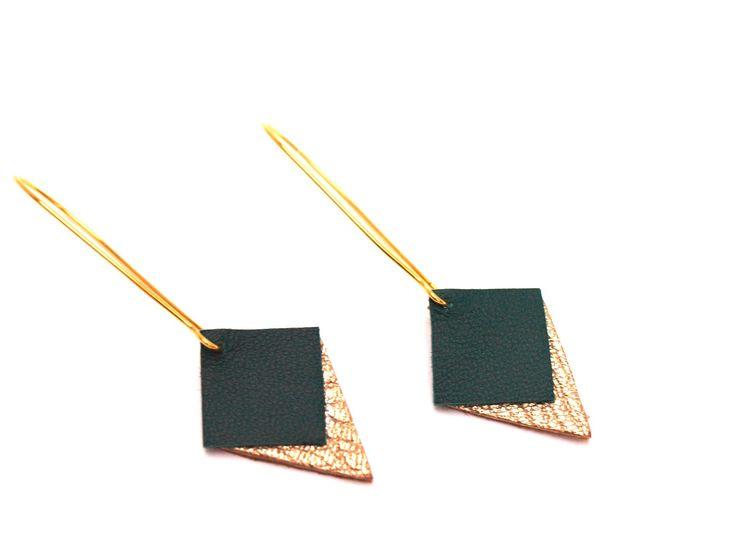 Boucles d'oreilles graphiques cuir vert émeraude et doré style dormeuses : Boucles d'oreille par by-nat-m