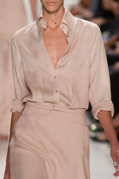 Tons de blush ou rosa pálido: leveza traduzida pela camisa e saia de seda --- All in pink blush: silk shirt and skirt!
