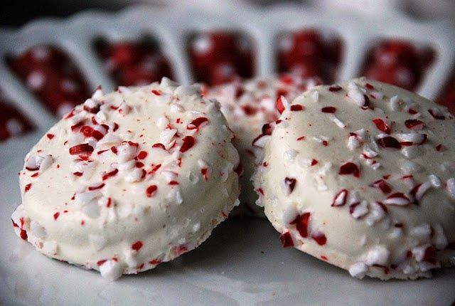 A must make this Christmas season. White chocolate covered Oreos with peppermint. #recipes