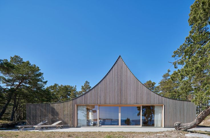 Completed in 2015 in Värmdö NO, Sweden. Images by Åke E:son Lindman. The site is a promontory on the relatively small island of Krokholmen in Stockholm's outer archipelago: a typical archipelago landscape with...