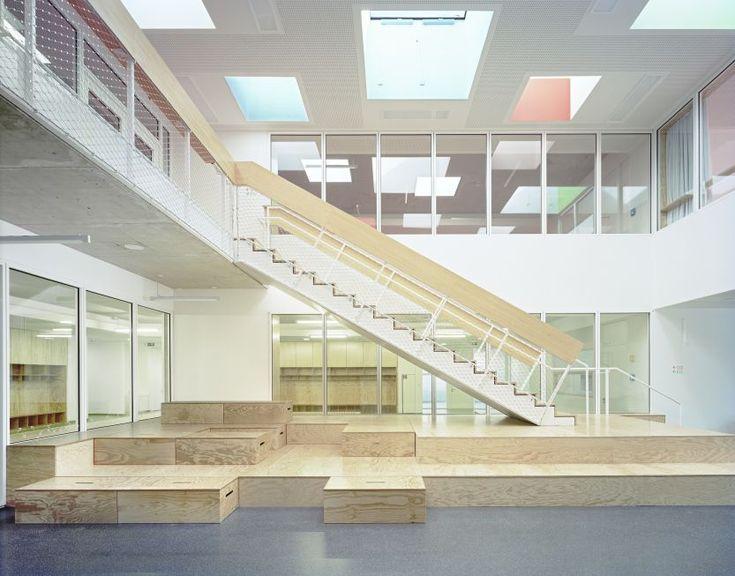 Die zentrale Aula mit dem Podest, das zum Sitzmöbel umgestaltet werden kann…