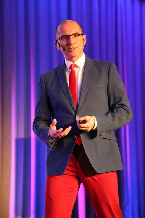 Zaangażowanie na scenie przykuwa uwagę widowni. www.biznesplus.pl