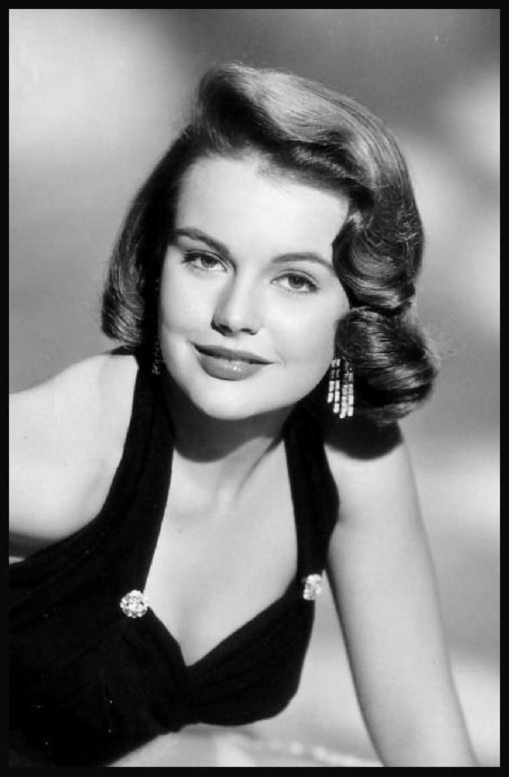 Myrna HANSEN '50 (5 Agosto 1934)is Miss USA 1953.Hansen asked MGM for some time away from filming in 1957. She changed her name and cut her hair. She toured the United States on a bus. She worked as a dental receptonist in Memphis, Tennessee and was employed as a waitress and a clerk in various cities.In December 1955 Hansen made her television debut on the The Burns and Allen Show show, which starred George Burns and Gracie Allen. She appeared on the screen for eight minutes of the CBS-TV…