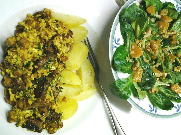 Tofu-Rührei zu Salzkartoffeln und Feldsalat mit Mandarinen- und Walnussstückchen