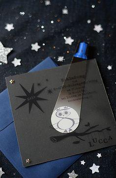 """nachteulen kindergeburtstagskarte = """"licht-an""""-karte: auf klarsichtfolie druckt man das motiv und den text in schwarz und heftet die bedruckte folie auf einen schwarzen karton. nun bastelt man noch eine papiertaschen- lampe mit weissem lichtkegel. bewegt man den papiertaschenlampenlichtkegel zwischen der folie und dem karton hin und her, """"erleuchtet"""" der einladungstext. by wunderschön-gemacht:"""