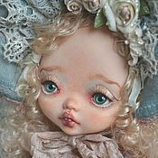 Купить или заказать Алиса в интернет-магазине на Ярмарке Мастеров. Алиса выполнена в смешанной технике из запекаемого пластика и текстиля. Личико расписано акриловыми красками. Три шарнирных соединения . Стоит на подставке, сидит с опорой. Волосы натуральная шерсть, окрашенные и завитые мной. Платье сшито из ткани бренда ТИЛЬДА. Фартучек сшит из старинной венгерской ткани. Наряд Алисы расшит бисером Миюки (Япония), итальянскими и французскими пайетками.