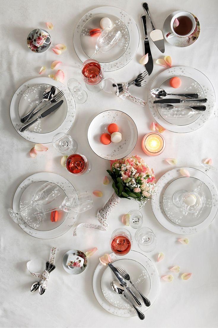 Σερβίτσιο πορσελάνης Fine Bone China με διακριτική λε- πτομέρεια από ανθισμένα λουλουδάκια, Willow, Prouna | Ποτήρια κρασιού και σαμπάνιας, Blossom, Madlene | Ανοξείδωτα μαχαιροπίρουνα, σετ 30 ή 70 τεμαχίων, Kreuzband, Villeroy&Boch | Αρωματικό κερί σε γυάλινο δοχείο, μικρό, μεσαίο και μεγάλο, Fresh Cut Roses, Yankee Candle | Φλιτζάνι και πιάτο εσπρέσο, σετ 2 τεμαχίων, Jardin Rose, PPD | Φλιτζάνι και πιάτο καπουτσίνο, σετ 2 τεμαχίων σε κουτί, Jardin Rose. www.parousiasi.gr