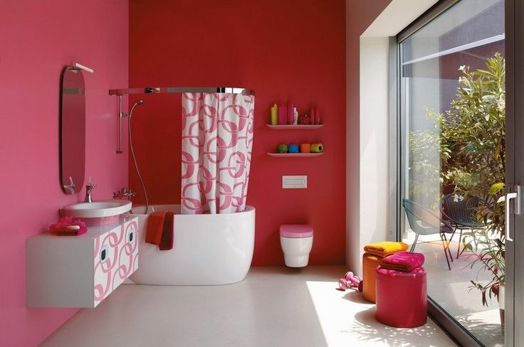 salle de bain colorée avec une peinture murale rose vif, baignoire blanche, meuble sous-vasque blanc à motifs roses