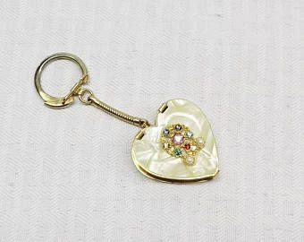 Porte-clés coeur vintage des années 1960 casemate ou cendrier nacré avec des Faux bijoux