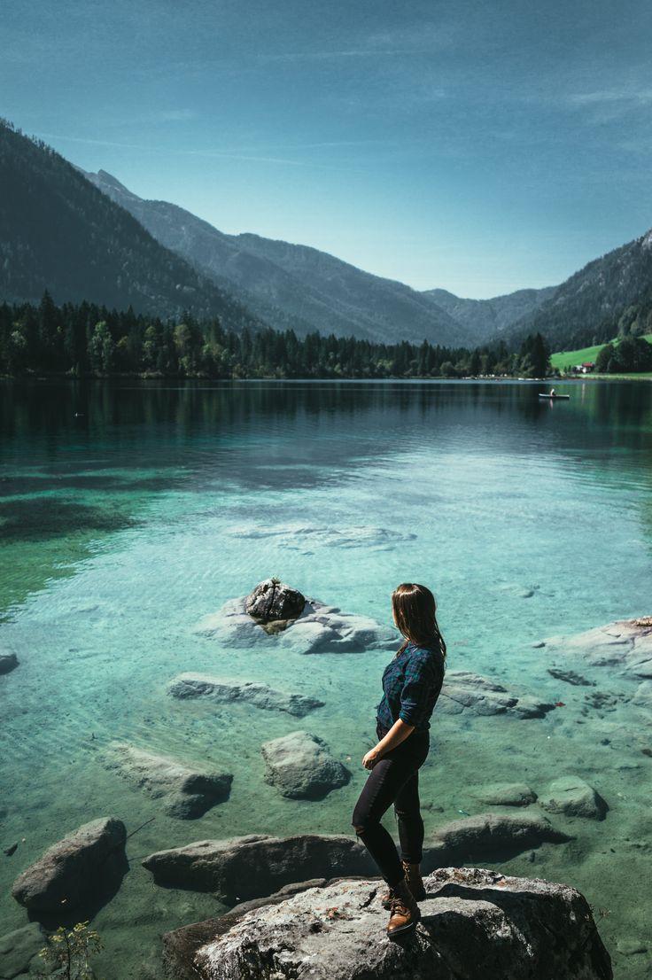 Hintersee, Berchesgaden ! C'est un petit lac de montagne aux couleurs qui fascinent. Ici le noir profond d'un fjord, là le vert étincelant d'un lagon... Alpes, Allemagne