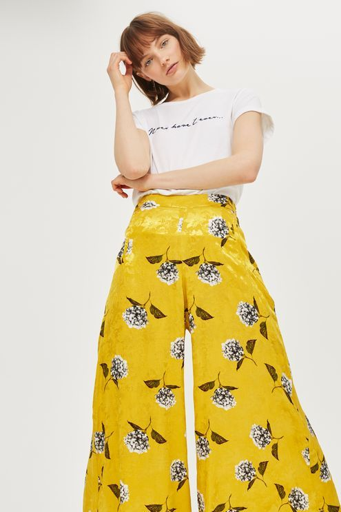 Bright yellow and speckled with floral print, these vibrant palazzo trousers are a summer inspiration. In a cropped leg with a high waist, complete the look with a sandals and a cute top.