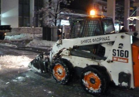 Απομακρύνουν εκτός πόλης με φορτηγά το χιόνι από τη Φλώρινα! (Φωτό - video)