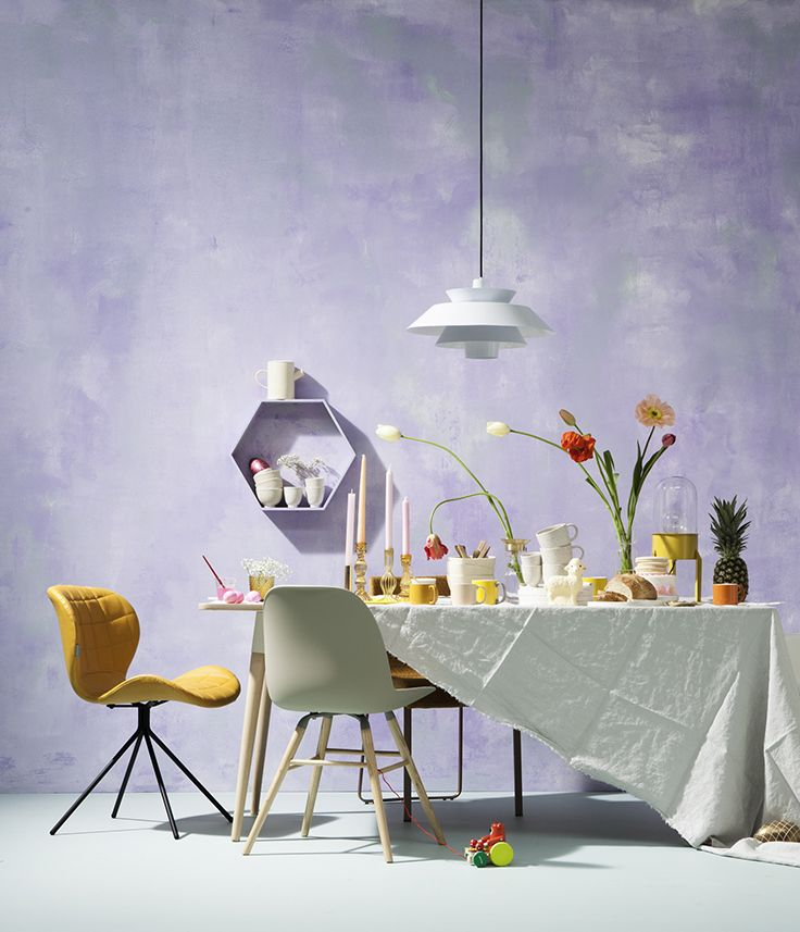 Een wit basisservies gecombineerd met gele accessoires en vrolijke tulpen geven je tafel direct een paasgevoel #pasen #paasontbijt #wehkamp