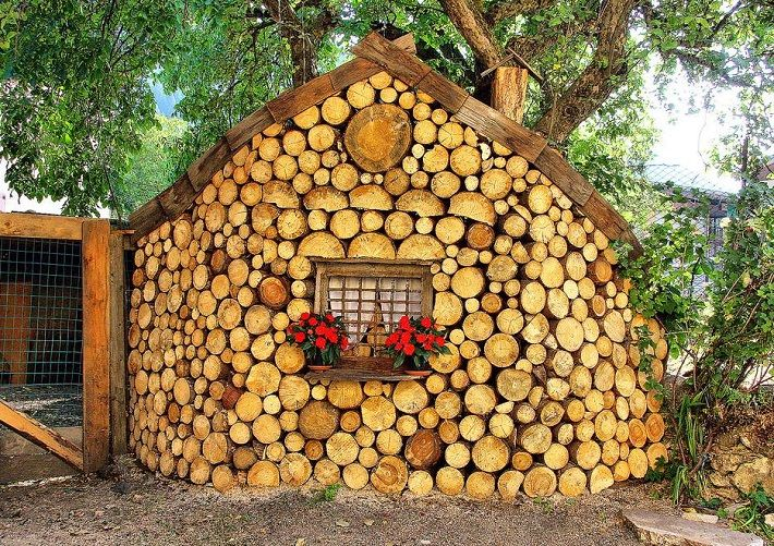cord wood chicken coop!! These cord wood sheds can also be built with mortar in between the wood, which would be better protection from mice and snakes. (click thru to see more inspiring cabins and sheds built from cord wood)