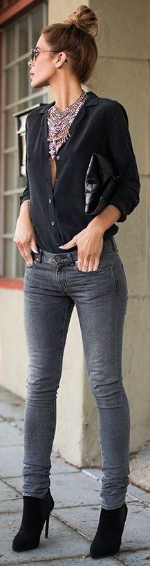 blusa negra, pantalón gris, botines negros