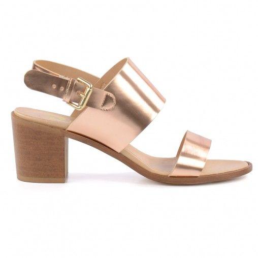Hoge roze metallic sandalen met 3 bandjes. Over de teen loopt een band, over de wreef loopt een brede band en rond de enkel loopt een bandje die vast zit met een goudkleurige gesp. De brede houtlook blokhak is 6,5 cm hoog. De binnenzool is comfortabel en
