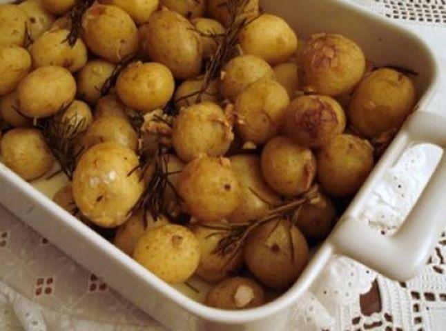 Para o acompanhamento do almoço! - Aprenda a preparar essa maravilhosa receita de Batatas no Forno com Alecrim