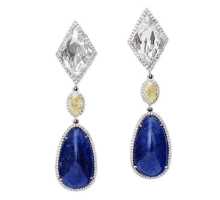 Великолепные серьги из золота с бриллиантами. Эксклюзивный дизайн, драгоценные камни – украшение станет роскошным дополнением к Вашему вечернему платью. Предлагаем к этому изделию подвеску из этой же коллекции.