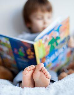 A hora de dormir nem sempre é muito fácil para algumas crianças, mas é importante estabelecer uma rotina de sono. Desligar a TV e aparelhos eletrônicos pode ajudá-las a se acalmarem. Ouvir uma história também pode ser uma boa forma de preparar o seu filho para dormir. Pensando nisso, selecionamos livros com contos de ninar tornar o momento mais tranquilo.
