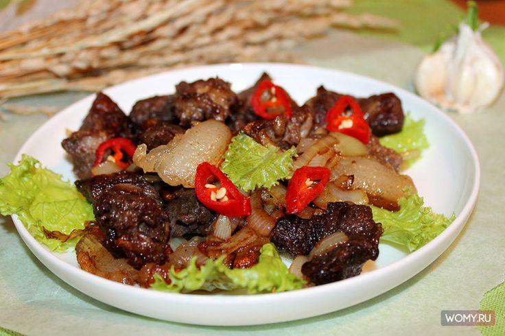 Мясо с салом и луком на сковородке