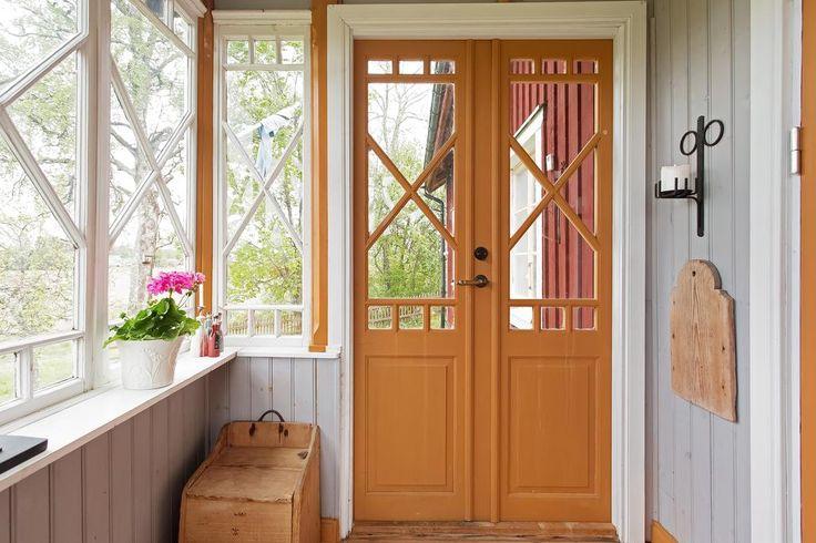 Glasveranda, spröjsade fönster, pardörrar med spröjs