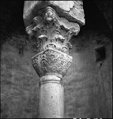 Στέρνα Ipek Bodrum, λεπτομέρεια , Μάης 1937. Ο ζήλος του Artamonoff να καταγράψει τα βυζαντινά ερείπια αποδεικνύεται περίτρανα και σε αυτή τη φωτογραφία. Ο Alexander Van Millingen, καθηγητής Ιστορίας στο RC, είχε δημοσιεύσει μια φωτογραφία από το εσωτερικό αυτής της δεξαμενής το 1912 στο βιβλίο του Βυζαντινές Εκκλησίες στην Κωνσταντινούπολη (1912). Τα σημάδια μιας αρχαίας πρωτεύουσας που ανακυκλώθηκε για την κατασκευή της υπόγειας δεξαμενής είναι το κύριο θέμα της λήψης του Artamonoff.
