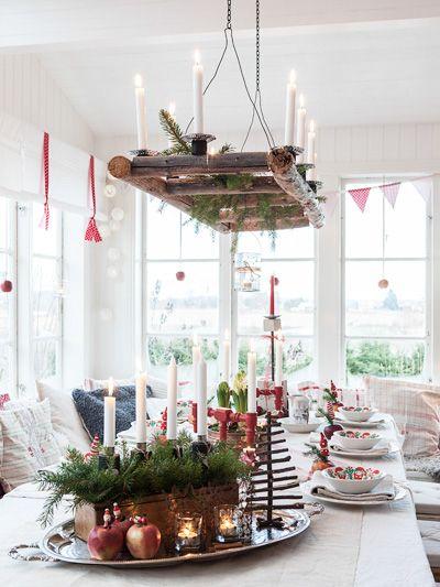 Katarina tycker mycket om att dekorera till jul och har pyntat bordet i rött och vitt med ett gammalt hemvävt lakan som får utgöra grundstommen. Ljuskronan har Katarina designat själv [...]hänger över bordet blir pricken över i och fulländar julstämningen vid bordet.