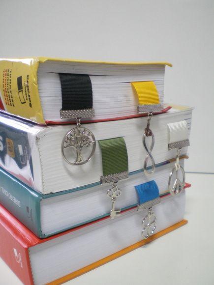 Marcador de Página com 2 pingentes - um principal maior e um mini na outra extremidade.    As fitas e pingentes podem ser definidos a partir de um tema, desde que disponibilizado no mercado.    TEMOS ALGUNS PINGENTES PARA PRONTA ENTREGA!!    Nessas fotos a cliente optou por uma variação de pingentes e cores, as fitas são de gorgurão.    - Consulte disponibilidade de pingentes, tipos de fitas e cores!  - Consulte prazo de produção!    Importante:  - Pedido mínimo 5 marcadores  - Frete por ...