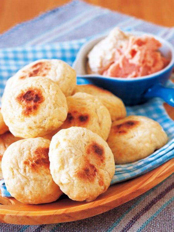 豆腐を加えた生地を丸めて、フライパンで焼くだけ。発酵パンとは違う素朴な食感と噛み応えは、おやつにも最適。|『ELLE a table』はおしゃれで簡単なレシピが満載!