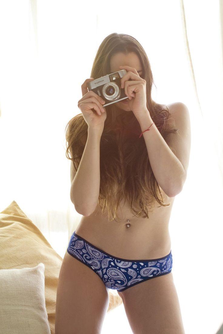 Jugando a la fotógrafa?, Maia con culotte azul y búlgaros blancos